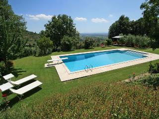 Charming Tuscan Villa with private pool and garden, stunning valley views!, Cortona