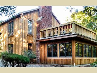 WESTW - Tri Level Oak Bluffs Home,  Set in Private Community of SengeKontacket, Multiple Living Spaces,  Large Deck, Patio Area, Association Tenns, A/C