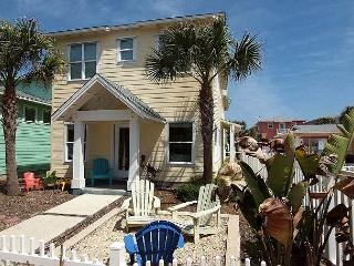 3BR/3.5BA Stylish Beach House, Pool Access, Port Aransas, Sleeps 8