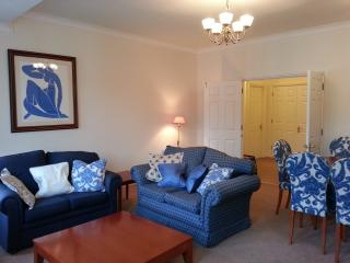 Two bedroom apartment next Victoria station, Londres