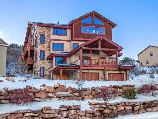 Elegant townhouse w/hot tub, game room, & clubhouse access!, Park City
