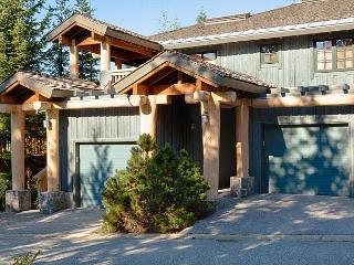 Upgraded Modern 3 Bedroom, Gas Fireplace, Private Garage, Common Area Hot Tub, Whistler