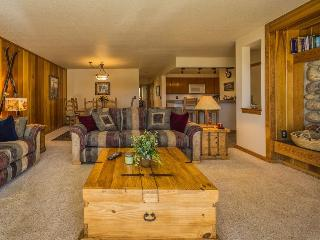 Pines Condominiums 2167 - Sleeps 8, on free shuttle route, newly remodeled indoor pool and hot tub!, Keystone