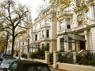 Budget Studio in Exclusive Holland Park, London