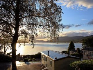 Gold Caravan with beautiful loch views, Fort William