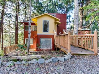 Artistic and whimsical cottage only minutes from the beach!, Cannon Beach