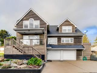 Huge, luxury home w/game room, gourmet kitchen, space for 16, Lincoln City