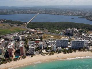 Isla Verde Beach Oceanfront apt with a WOW !! View, San Juan