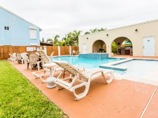 Right across from the beach! LARGE POOL/SPA!, South Padre Island