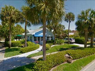 32 Steps to the Beach - House & Separate Cottage, Clearwater