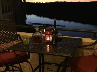 Amazing Lake Travis and Sunset Views from Balcony, Lago Vista