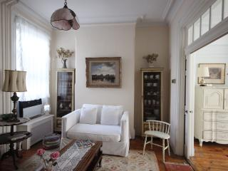 Great 2BR in Greenpoint townhouse Book Now & Save, Brooklyn