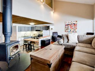 Modern ski condo close to slopes w/shared 10-person hot tub!, Crested Butte