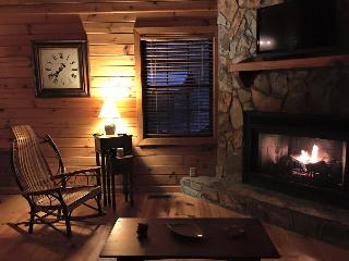 Cozy & Comfortable Cabin. Hot tub. Wifi. Fire pit., Blue Ridge