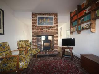 Pretty 2 bed cottage, minutes from beach & shops, Deal