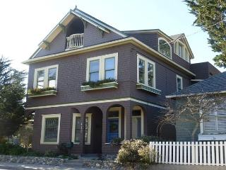 3105 The 17th Street House ~ Beautifully Restored Victorian, Top Floor Master, Pacific Grove