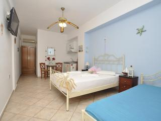 Manos Studio for 3 only 100 meters from the beach, Megas Gialos