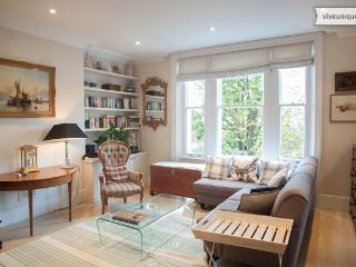 2 bedroom home in Chiswick with communal gardens, London