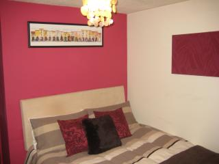 Lovely semi, ideal for a couple - parking & garden, Cairneyhill