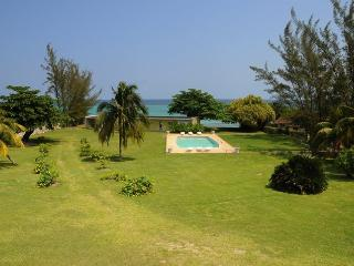 3 Bedroom Beach Apt. Miramar, Ocho Rios