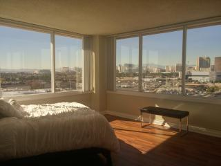 Luxury Top Floor 2br/2bth w/ Panoramic STRIP Views, Las Vegas