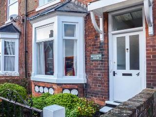 ELIZABETH HOUSE, pet-friendly character cottage, enclosed courtyard, close to coast, in Hornsea, Ref 914747