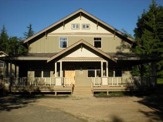Flawless 16-person getaway on 5 forested acres with trails!, Port Angeles