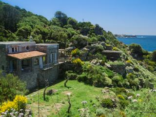Unique Retreat with private access to the sea, Isquia