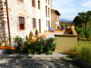 Wonderful Tuscan holiday apartment in Monte San Quirico, sleeps 4