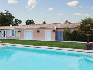 Spacious and elegant country house among the vineyards of Médoc, with pool and vast garden, Saint-Germain-d'Esteuil
