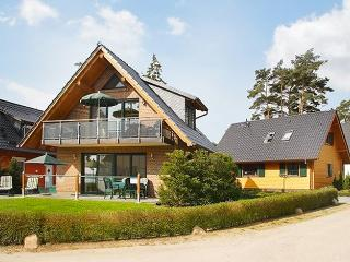 Contemporary apartment by Lake Müritz with terrace and stunning views, Roebel