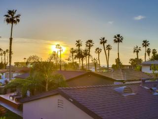 2 Beach Cottages on Sunset Cliff sleeps 10, San Diego