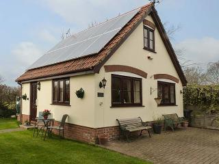 LITTLE WOODCOT, detached cottage near Quantock Hills, good walking base with a beach close by, near Shurton and Bridgwater, Ref 920436, Holford