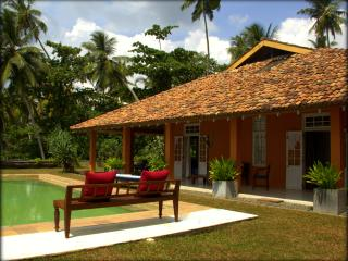 Cove House Villa with stunning surfing spot, Dikwella
