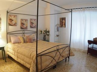 At 1 stop from Vatican up to 10 people, 4 bedrooms, Rome