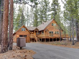 Charming mountain cabin in the pines with hot tub, Truckee