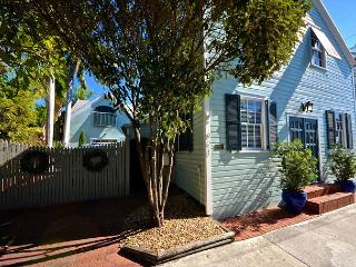'HEMINGWAYS SHADOW' Beautiful & Modern - Style 1 Bed Condo in Old Town, Key West