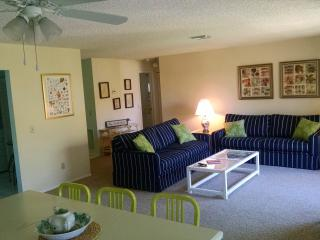 Great 2/2 Sanibel Condo, Nice Pool, Private Beach
