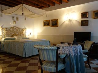 Classic One Bedroom with Door on the Canal, Venecia
