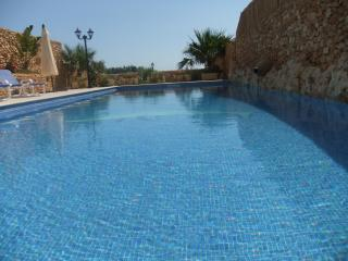 Fully airconditioned, free WiFi, fantastic views, Xaghra
