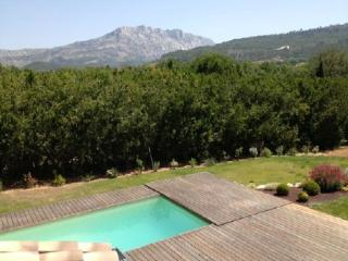 Wonderful 5 Bedroom Villa, Le Tholonet Holiday Home