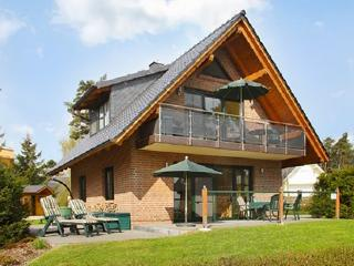 Bright apartment near Lake Müritz with huge balcony, 200 metres from the beach!, Roebel