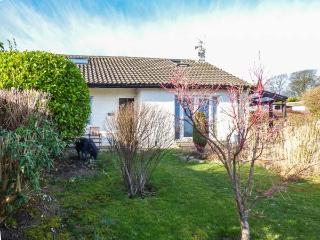 TIDINGS, woodburner, WiFi, off road parking, great touring base, sea views, near Grange-over-Sands, Ref 919679
