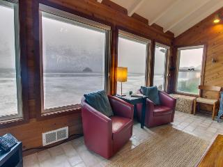 Beachfront, pet-friendly cottage, views of Three Arch Rocks!, Oceanside