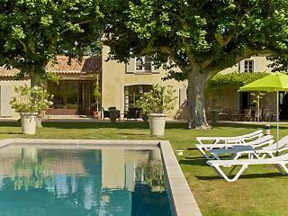 Stunning villa with pool and garden, Lagnes
