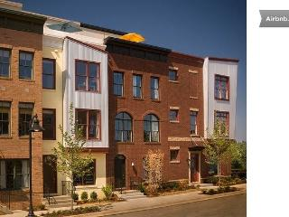 Modern Arts District Townhome with Roofdeck, Hyattsville
