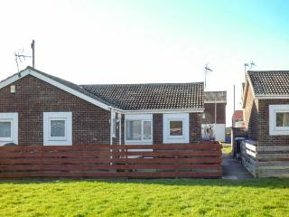 SNUGGLERS COVE, romantic, coastal, pet-friendly, enclosed garden, in Beadnell, Ref 920896