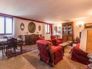 Ca'Lezze - Luxury three bedroom apartment in Cannaregio with large family kitchen and living area, Venice