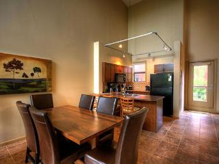 NEW! Quiet SPACIOUS 2-BR Resort Condo with LOFT, Kelowna