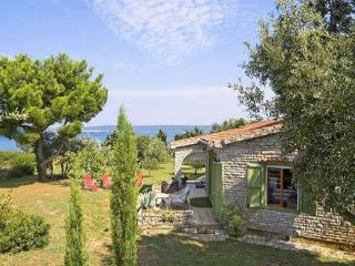 Stonehouse with private beach, Pasman
